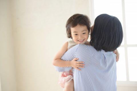 ママに抱っこされる子ども