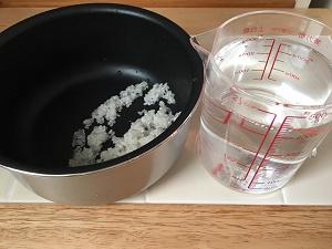 鍋に入れた米と分量の水